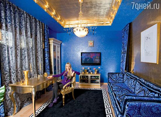 В  кабинете Ирины Салтыковой все — от дверных ручек до ковров и штор — от знаменитого итальянского дизайнера