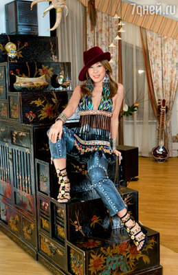 Кабинет певицы украшает китайский гарнитур XVI века
