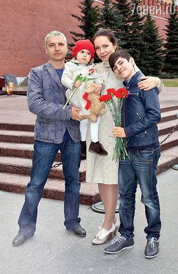 С мужем Владимиром Абашкиным, сыном Алексеем идочкой Анечкой у Вечного огня вАлександровском саду. 2013 г.