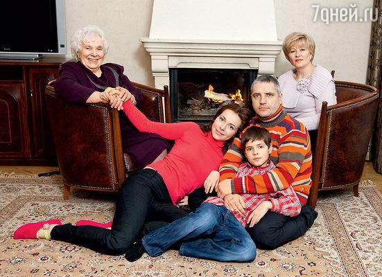 С бабушкой Лидией Федоровной, мамой Тамарой Михайловной, мужем и сыном
