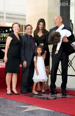 Делора, отчим Вина Дизеля — Ирвинг, подружка актера Палома Хименес, их дочка Хания и сын Винсент