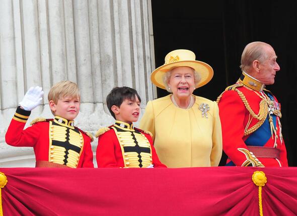 На свадьбу внука Уильяма Елизавета II надела фамильную брошь «Любовный узелок». 2011 г.