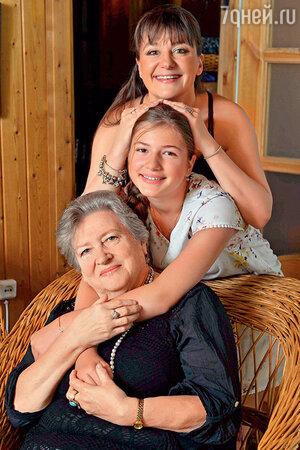 Анастасия Мельникова с дочерью Машей и мамой