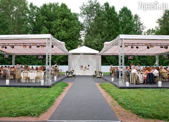 На лужайке соорудили два огромных шатра и положили специальный настил