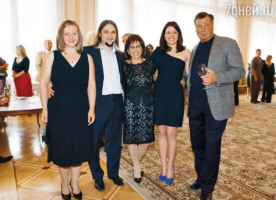 Ирина с детьми Сашей и Аленой, невесткой Леной и бывшим мужем и партнером Александром Зайцевым