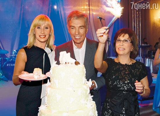 Огромный праздничный торт венчали коньки из белого шоколада (с Юрием Николаевым и Оксаной Пушкиной)