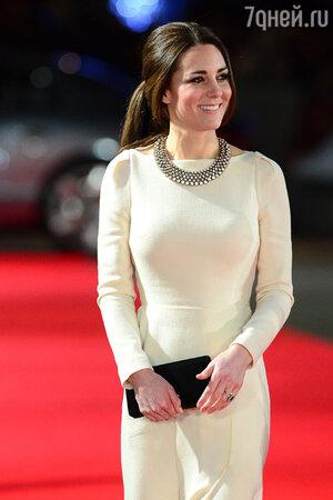 Кейт  дополнила платье  замшевым черным клатчем  и массивным ожерельем от Zara
