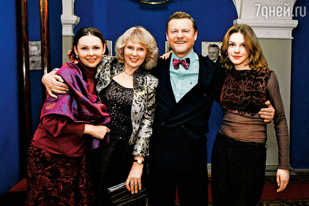 Виталий Соломин с женой Марией и дочками Настей и Елизаветой