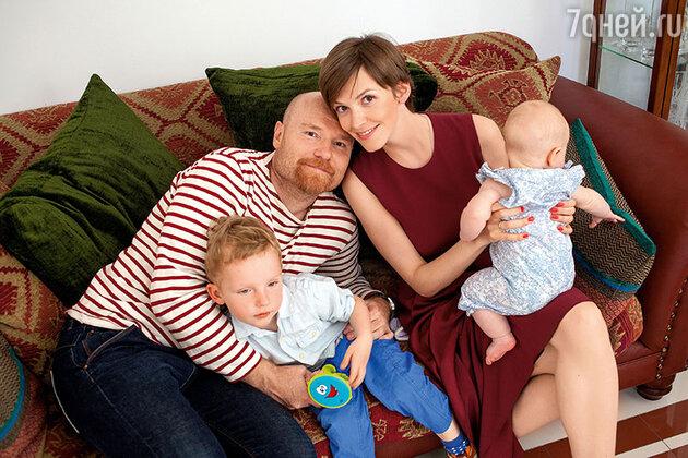 Елизавета Соломина с мужем Глебом, сыном Ваней и дочкой  Верочкой