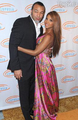 Обладательница шести премий «Грэмми», 45-летняя соул-певица Тони Брэкстон в июле 2013 года развелась со своим мужем , музыкантом Кери Льюисом. После брака, длившегося 12 лет, пара официально подтвердила расставание.