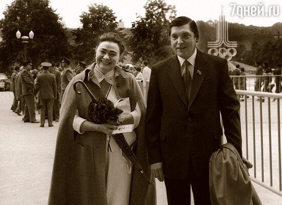 Галина Брежнева была безумно влюблена в Мариса, мечтала стать его женой  и добивалась этого всеми возможными способами. (Галина Леонидовна с мужем Юрием Чурбановым)