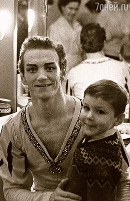 Когда Андрис был уже взрослым, он всегда приходил  к отцу, приносил мне подарки. Тайну о младшей сестре  Маше хранил свято. (Марис Лиепа с сыном  в гримерной Большого театра, 1971 г.)