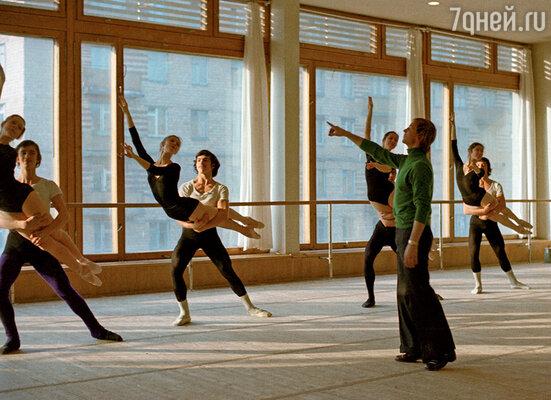 Когда-то Марис вел балетный класс в училище. Но в Большом театре ему такой возможности не дали.  (Марис Лиепа ведет урок дуэтного танца в Московском академическом хореографическом училище)