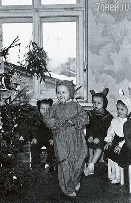 На детских праздниках мне всегда доставалась роль зайца и никогда снежинки или принцессы. Белый заяц справа — это я