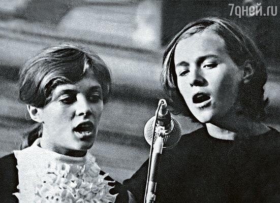 Впервые на сцену я вышла на конкурсе юных вокалистов в одиннадцать лет. За компанию с подружкой