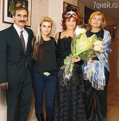Анна Снаткина с родителями Еленой Михайловной, Алексеем Владимировичем имладшей сестрой Машей