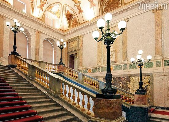 Сколько именитых гостей, приходивших на собрания Татариновой, поднимались по лестницам Михайловского замка...