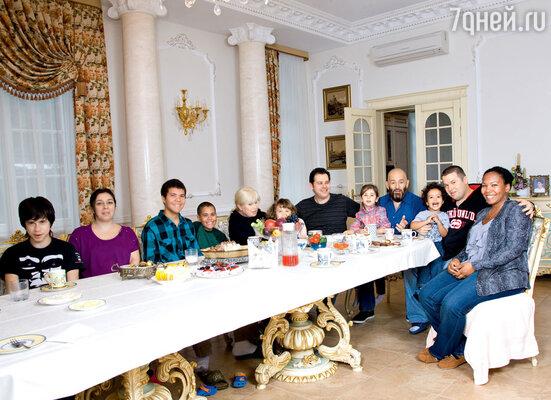 За праздничным столом собралась вся семья. Слева направо: внук певца Андрей, невестка Анжела, внуки Димитрий и Ной, жена Маргарита, внук Миша, сын Дэвид, внучка Аня с дедушкой, внук Захар, сын Антон с женой Брэнди