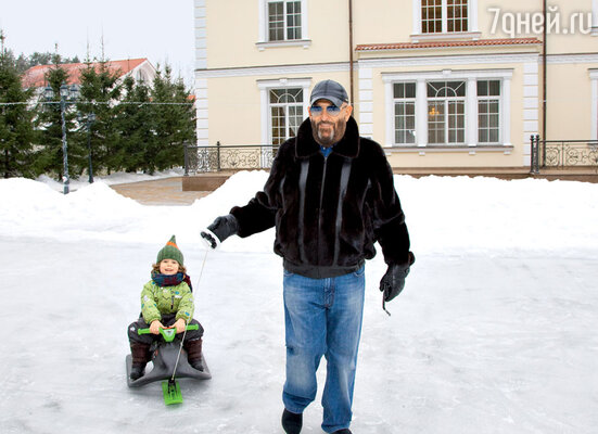 «Эти новогодние каникулы провожу великолепно: вновогоднюю ночь выступал на горнолыжном курорте в Альпах, а теперь вот праздную с внуками»