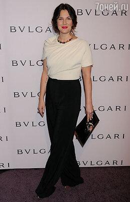 Дрю Берримор выбрала классическое сочетание: светлую блузу «Max Mara», черные брюки и туфли «Stuart Weitzman».