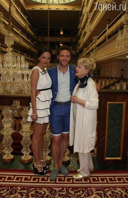 Константин Крюков с бабушкой Ириной Скобцевой и женой Алиной