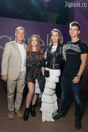 Олег Газманов с женой Мариной и детьми Филиппом и Марианной