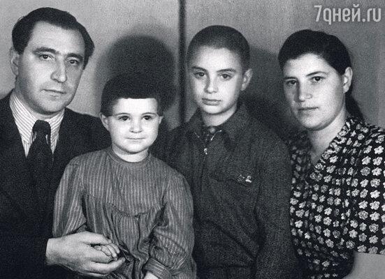 Вениамин с отцом Борисом Моисеевичем, мамой Марией Львовной и сестрой Галей. 1950 г.