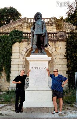 С Валентином Смирнитским у памятника д'Артаньяну вОше. Франция, 2010 г.