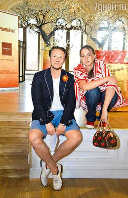 Олег с женой Анастасией