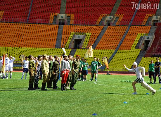 Перед началом турнира каждая команда-участница выступила с шутливым приветствием. На поле — актеры Театра Российской армии