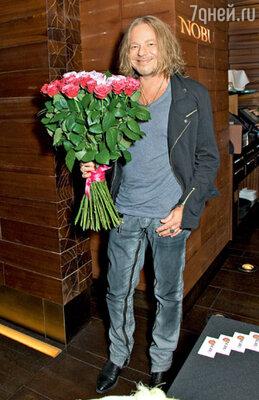 Владимир Пресняков опоздал на ужин из-за того, что почти сорок минут самолично составлял композицию из роз