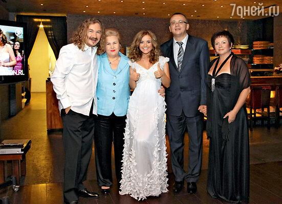 Игорь Николаев со своей мамой Светланой Митрофановной, женой Юлей и ее родителями Павлом Сергеевичем иЛюдмилой Ивановной