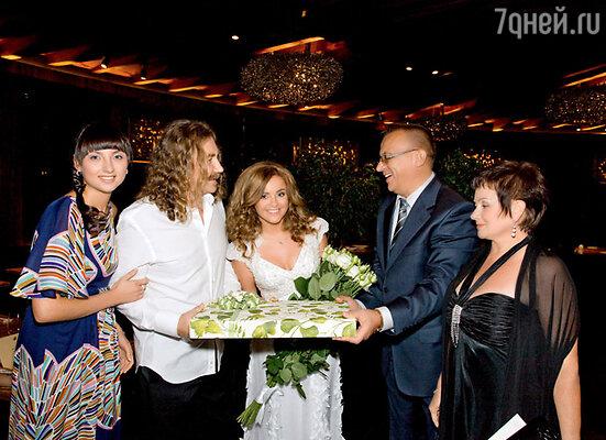 Игорь Николаев с женой, родителями Юли и ее сестрой Ольгой