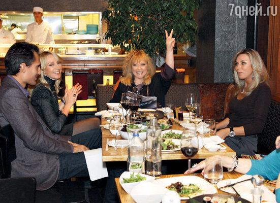 За счастливую пару радуются Алла Пугачева, Кристина Орбакайте с мужем Михаилом и Марина Юдашкина