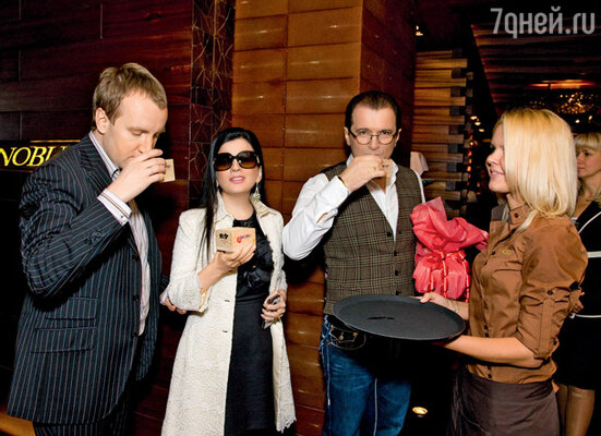 Гости вечера приняли участие в церемонии саке. Диана Гурцкая с мужем Петром Кучеренко и братом Робертом