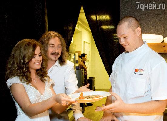 Шеф-повар ресторана «NOBU MOSCOW» Бенджамин Ошер демонстрирует Игорю и Юле специально приготовленные блюда