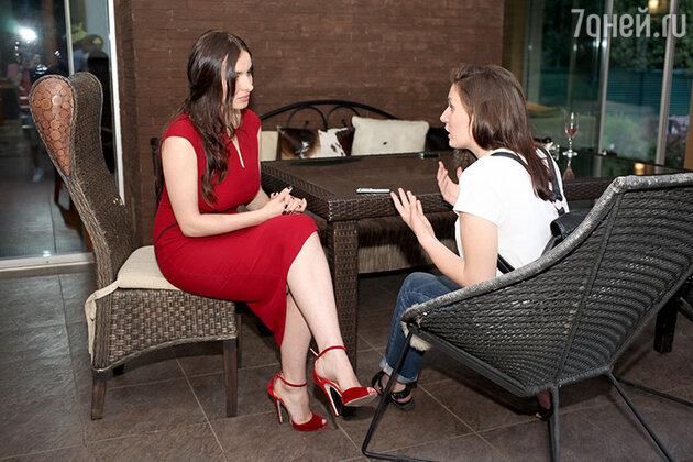 Перед началом показа Надежда с большим удовольствием общалась с журналистами