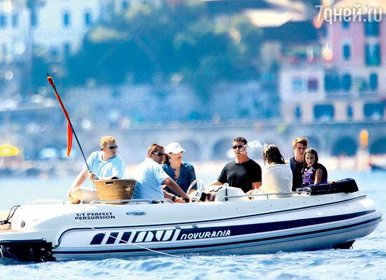Семья Сталлоне отправляется к роскошной яхте на надувной лодке