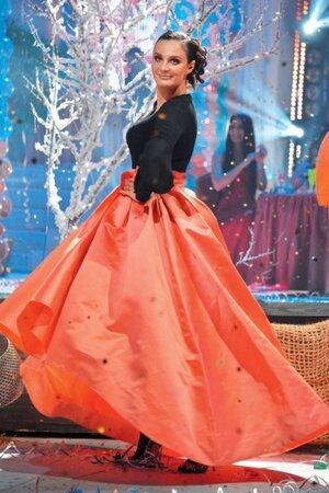 Елена Ваенга на съемках новогоднего шоу на «Первом канале» в юбке от Christian Dior