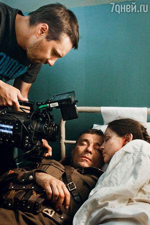 Во время обороны Севастополя героиня Юлии получает ранение и попадает вгоспиталь