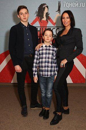 Алика Смехова с сыновьями Макаром и Артемом