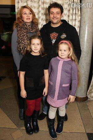 Михаил Полицеймако с женой Ларисой и дочками Софией и Эмилией