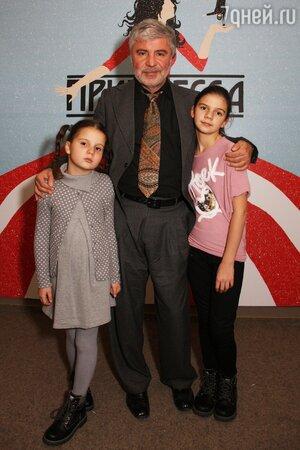 Сосо Павлиашвили с дочками Лизой и Сандрой