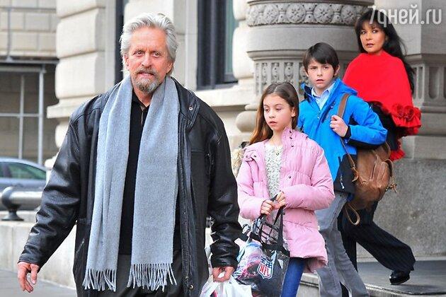 Майкл Дуглас и Кэтрин Зета-Джонс с детьми возле их квартиры на Манхэттене в Нью-Йорке