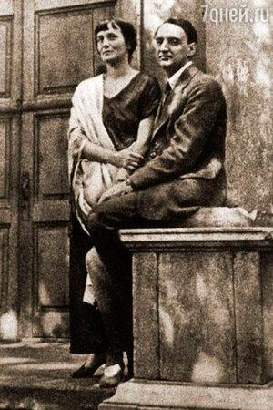 Анна Ахматова с Николаем Пуниным во дворе Фонтанного дома. 1923 г.