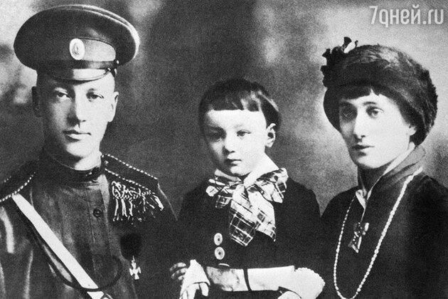 Анна Ахматова  с мужем Николаем Гумилевым и сыном Левушкой. 1915 г.