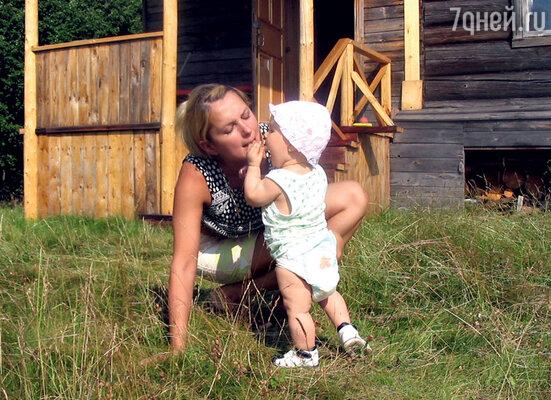Мария с дочкой Аграфеной наотдыхе в деревне. 2011 г.
