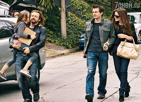Тройственный союз: бывший бойфренд Кейт актер Майкл Шин с их дочкой Лили и нынешний муж актрисы режиссер Лен Уайзман прекрасно проводят время вместе. Лос-Анджелес. Март 2008 г.