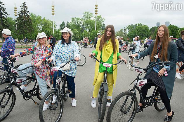 Виктория Андреянова и Екатерина Стриженова с дочерьми Анастасией и Александрой