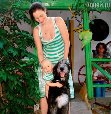 Мариэтта Цигаль-Полищук с сыном Григорием идомашней любимицей волкодавом Дуней